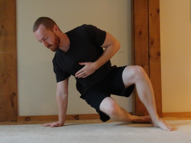 twisting plank exercise for rotational core strength