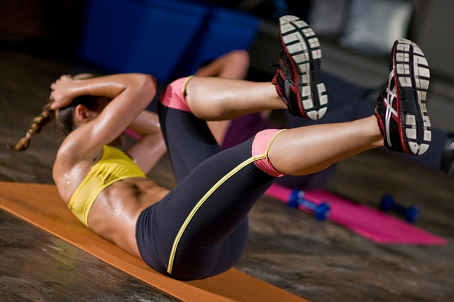 fitness shortcuts - woman doing bicycle crunches