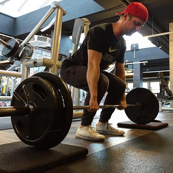 How Much Should I Be Able To Deadlift? (Standards) | Physical Living